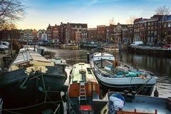 ¡ Waalseilandgracht anal de Ð no centro de Amsterdão Fotografia de Stock Royalty Free