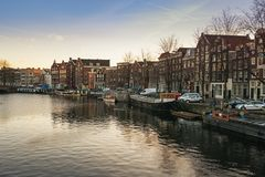 ¡ Waalseilandgracht anal de Ð no centro de Amsterdão Imagem de Stock