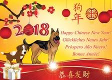 ¡Año Nuevo chino feliz del perro 2018! Tarjeta de felicitación multilingue con el fondo rojo un estampado de flores Imagen de archivo libre de regalías