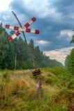 ¡Advertencia! draisines - draisines - tablero de cuidado en el bosque al lado de pistas ferroviarias Foto de archivo libre de regalías