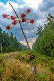 ¡Advertencia! draisines - draisines - tablero de cuidado en el bosque al lado de pistas ferroviarias Fotografía de archivo libre de regalías
