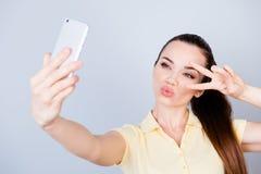 ¡Alegrías! ¡Paz a todos! Adolescente hispánico joven atractivo está haciendo a Foto de archivo