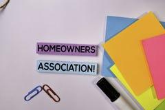 ¡Asociación de dueños de la casa! en las notas pegajosas aisladas en el fondo blanco fotografía de archivo