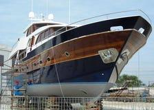 ¡Barco azul en astillero! Imágenes de archivo libres de regalías