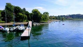 ¡Barcos, naturaleza y agua, combinación hermosa! Ispra Italia imágenes de archivo libres de regalías