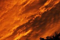 ¡Cielo en el fuego! Nube después de la lluvia durante las horas crepusculares imagen de archivo libre de regalías