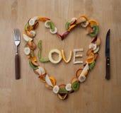 ¡Comida del día de tarjeta del día de San Valentín! ¡Corazón con sabor a fruta! ¡Postre fresco! ¡5-A-Day! Fotos de archivo libres de regalías