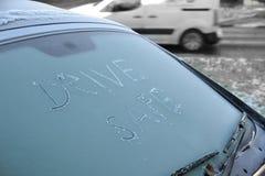 ¡Conduzca la caja fuerte! ¡Peligro del hielo negro! concepto para las condiciones atmosféricas heladas Fotos de archivo