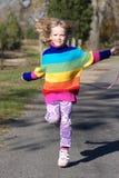 ¡Cuerda que salta de la niña linda, colorida! Imagenes de archivo