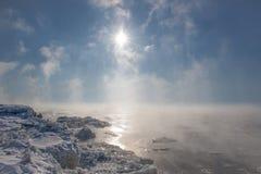 ¡Día soleado frío de congelación sobre el agua helada! Fotos de archivo