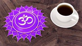 ¡De Ð para arriba del café en una tabla de madera Meditación de Chakra de la mañana Ejemplo del símbolo 3d de Sahasrara fotografía de archivo