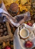 ¡De Ð para arriba del café y de las nueces en una cesta Visión desde arriba foto de archivo