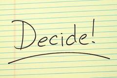 ¡Decida! En un cojín legal amarillo foto de archivo