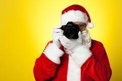 ¡Diga el queso! Santa que captura un momento perfecto foto de archivo libre de regalías