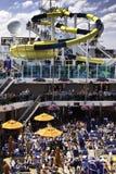 ¡Diversión de la diapositiva de agua del barco de cruceros del carnaval! Fotografía de archivo libre de regalías