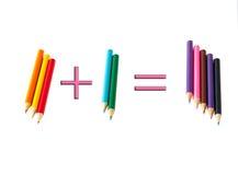 ¡Dos más tres - bien, cinco! lápices coloreados Fotos de archivo libres de regalías