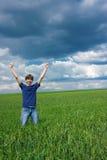 ¡El hombre joven alcanzó su meta! Imagen de archivo libre de regalías