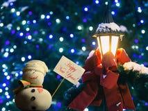 """¡El muñeco de nieve, muestra del cartón en un palillo, manda un SMS a Año Nuevo """"Happy!  del †Imagen de archivo libre de regalías"""