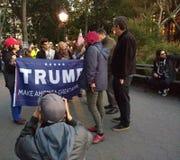 ¡El triunfo, hace América grande otra vez! , Washington Square Park, NYC, NY, los E.E.U.U. Foto de archivo libre de regalías
