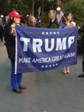 ¡El triunfo, hace América grande otra vez! , Washington Square Park, NYC, NY, los E.E.U.U. Imagenes de archivo