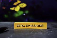 ¡Emisiones cero! en las notas pegajosas con el fondo del bokeh imagen de archivo