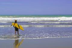 ¡Es hora de practicar surf!! imagen de archivo