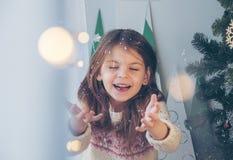 ¡Feliz Navidad! La niña feliz lanza chispas cerca del Chri foto de archivo libre de regalías