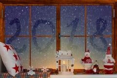 ¡Feliz Navidad y buenas fiestas! Un hermoso adornado para la ventana de la Navidad 2018 escrito en la ventana Imagen de archivo