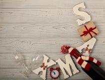 ¡Feliz Navidad y una Feliz Año Nuevo! Botella de vino en un knitte Imagenes de archivo