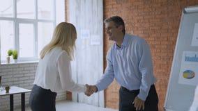¡Ganamos! los trabajadores de la oficina de negocios disfrutan en el éxito cerca del whiteboard concepto del trabajo en equipo ac metrajes