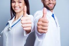 ¡Gran trabajo! Ciérrese encima de la foto cosechada de dos colegas del médico en whi foto de archivo libre de regalías