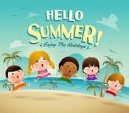 ¡Hola vacaciones de verano! Grupo de niños que saltan en la playa en traje de baño Fotografía de archivo