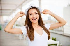 ¡Humor del verano! Ciérrese encima del retrato de la señora joven alegre en vacatio foto de archivo