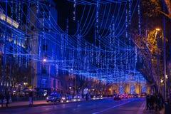 ¡Iluminado de Calle de Alcalà en la Navidad en Madrid imagenes de archivo