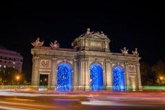 ¡Iluminado de Puerta de Alcalà en la Navidad en Madrid foto de archivo