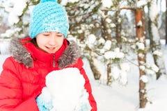 ¡Invierno de Unforgedable! Adolescente alegre joven que se sostiene tan Fotos de archivo libres de regalías