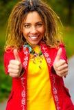 ¡La muchacha con los dreadlocks habla - aceptable! Fotos de archivo libres de regalías