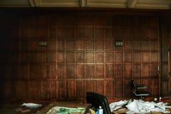 ¡La pared de madera abandonada vieja del estilo del ` s de la oficina 70 se deja la descomposición para las edades! fotografía de archivo