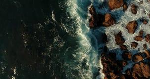 ¡Las ondas se rompen en las piedras y el chapoteo como el champán del Año Nuevo! almacen de metraje de vídeo