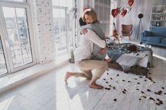 ¡Le casaré! W de abarcamiento y sonriente de los pares jovenes hermosos Fotografía de archivo