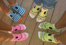 ¡Los calcetines coloridos crean una imagen de pies felices! Fotos de archivo libres de regalías