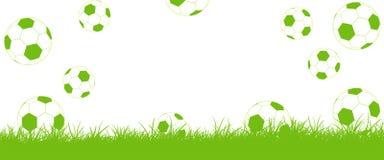 ¡Los fútboles vuelan en el césped, meta! Imagenes de archivo