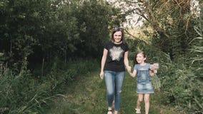 ¡Mamá e hija en un paseo cerca del río! almacen de video