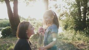 ¡Mamá e hija en un paseo cerca del río! metrajes