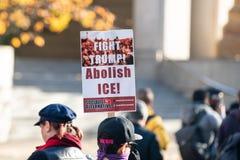 ¡Manifestante con el 'triunfo de la lucha! ¡Suprima el hielo! 'cartel foto de archivo libre de regalías
