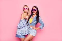 ¡Me gusta usted! Mujeres alegres juguetonas hermosas vestidas en fashiona Imagen de archivo