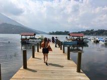 ¡N, Guatemala de Santiago Atitlà - 20 de mayo de 2018: Un viajero joven imagen de archivo