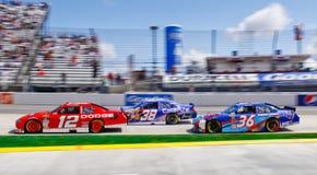 ¡NASCAR Keselowski lleva el paquete en 3! Imagenes de archivo