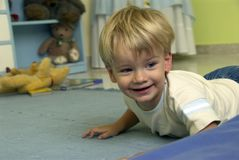 ¡Niño pequeño feliz! Imagen de archivo