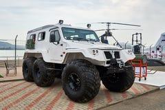 ¡OL-39294 de TREÐ - ATV ruso en los dispositivos que propulsan neumáticos de la presión baja se demuestra en el área de exposició imagenes de archivo